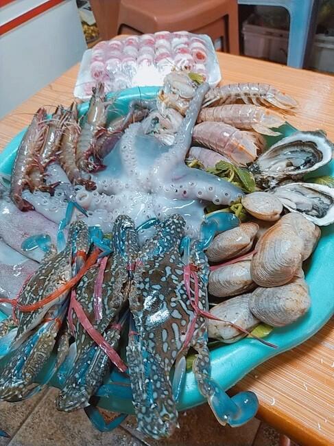 Mâm hải sản có giá 410.000 đồng