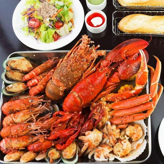 Một số nhà hàng còn làm mâm hải sản đã chế biến sẵn với đủ món